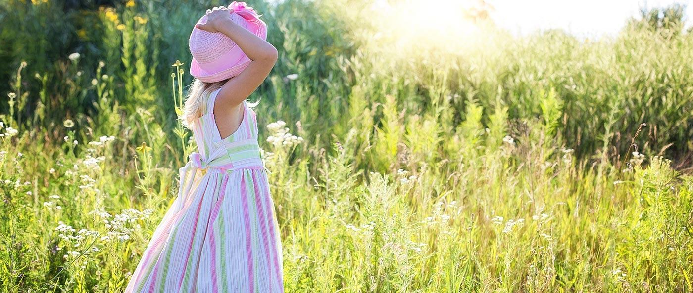 bf304143fa6e66 Mädchen wollen am liebsten Prinzessin sein. Da können die Kleider nicht  ausgefallen und bunt genug sein. Wir haben eine Auswahl an aktuellsten  Kleidertrends ...